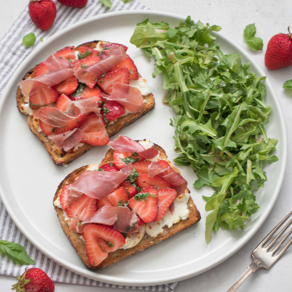 Prosciutto, Strawberry & Goat Cheese Toasts with Arugula Salad
